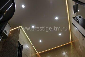 Натяжной потолок и плитка, с подсветкой в ванной © Prestige-tm